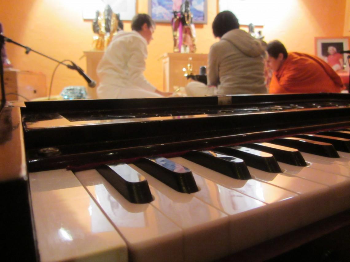 Satsang – Kirtan singen, Meditation & Yoga-Philosophie